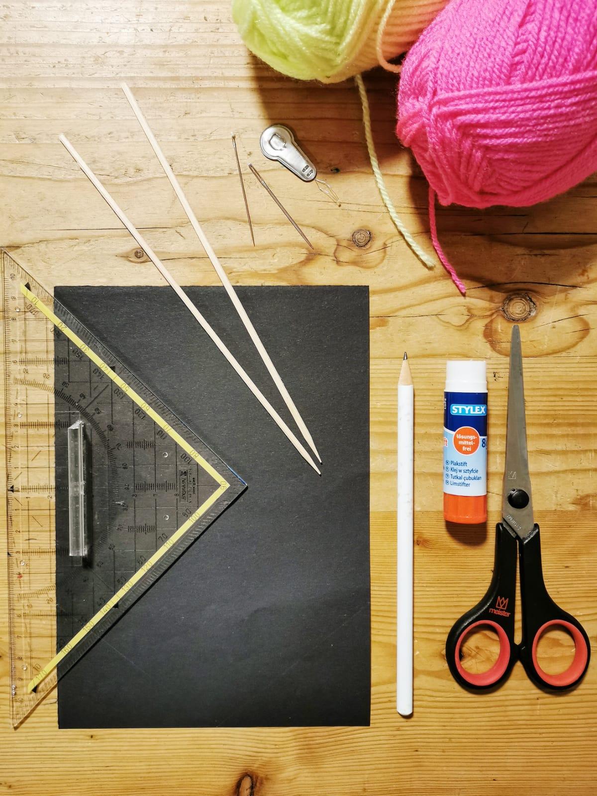 Voll im Trend: Papier Stickereien mit neonfarbendem Garn oder Wolle / leichte, einfache und schnelle DIY Idee für das Basteln mit Kindern zuhause / Mehr einfache DIY Ideen gibt es auf judetta.de