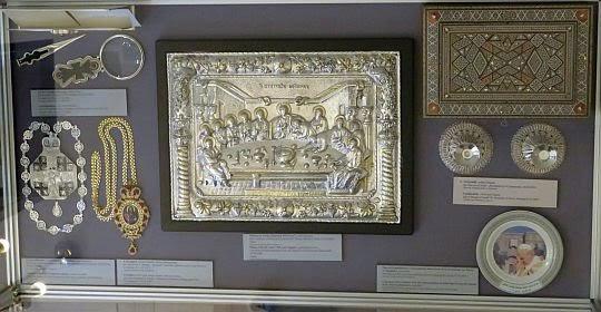 """Fragment ekspozycji """"Dary Papieskie""""."""