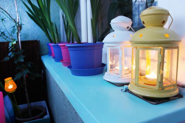 świece na balkonie