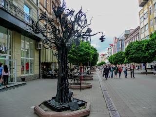 Ивано-Франковск. Ул. Независимости. Дерево счастья