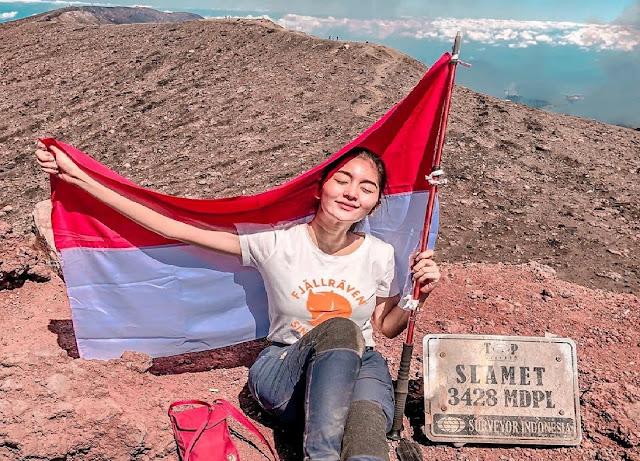 Artis cantik yang berhasil mencapai puncak tertinggi Jawa Tengah