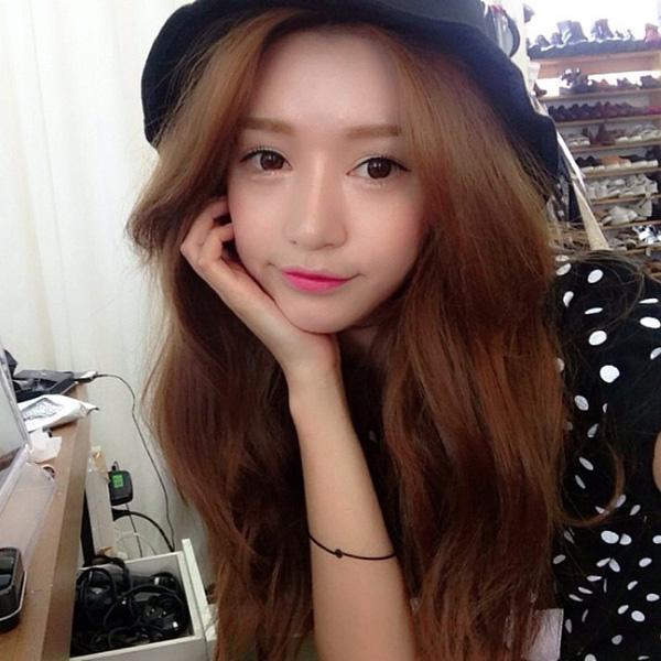 Park Sora làm điệu cho chiếc mũ tai bèo hơn nữa với mái tóc xoăn nhẹ.