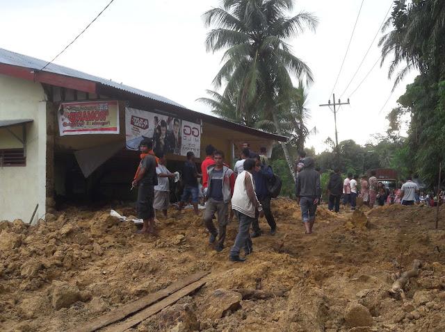 Warga menyaksikan longsor yang mengakibat rumah makan di Tapteng terdorong ke sungai.