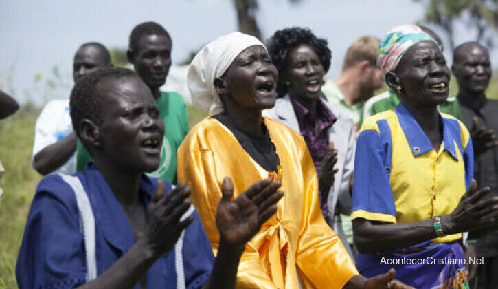 Cristianos sudaneses adorando