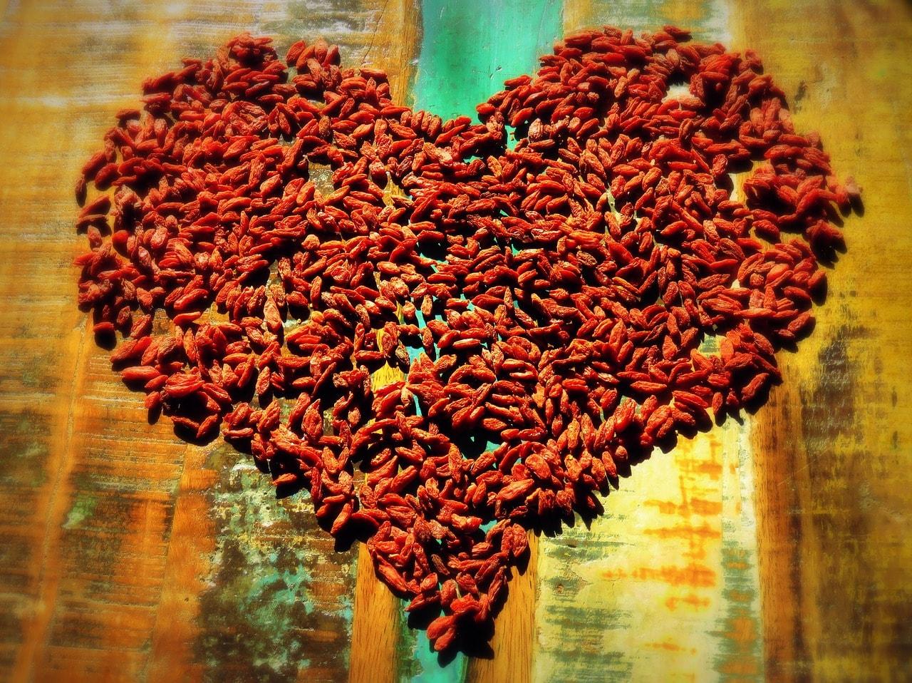 Granos de especias formando un corazón