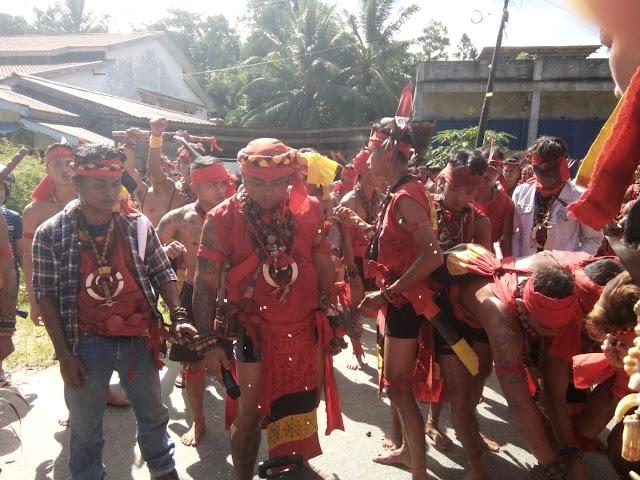 Pasukan Merah Tariu Borneo Bangkule Rajakng Melakukan Aksi