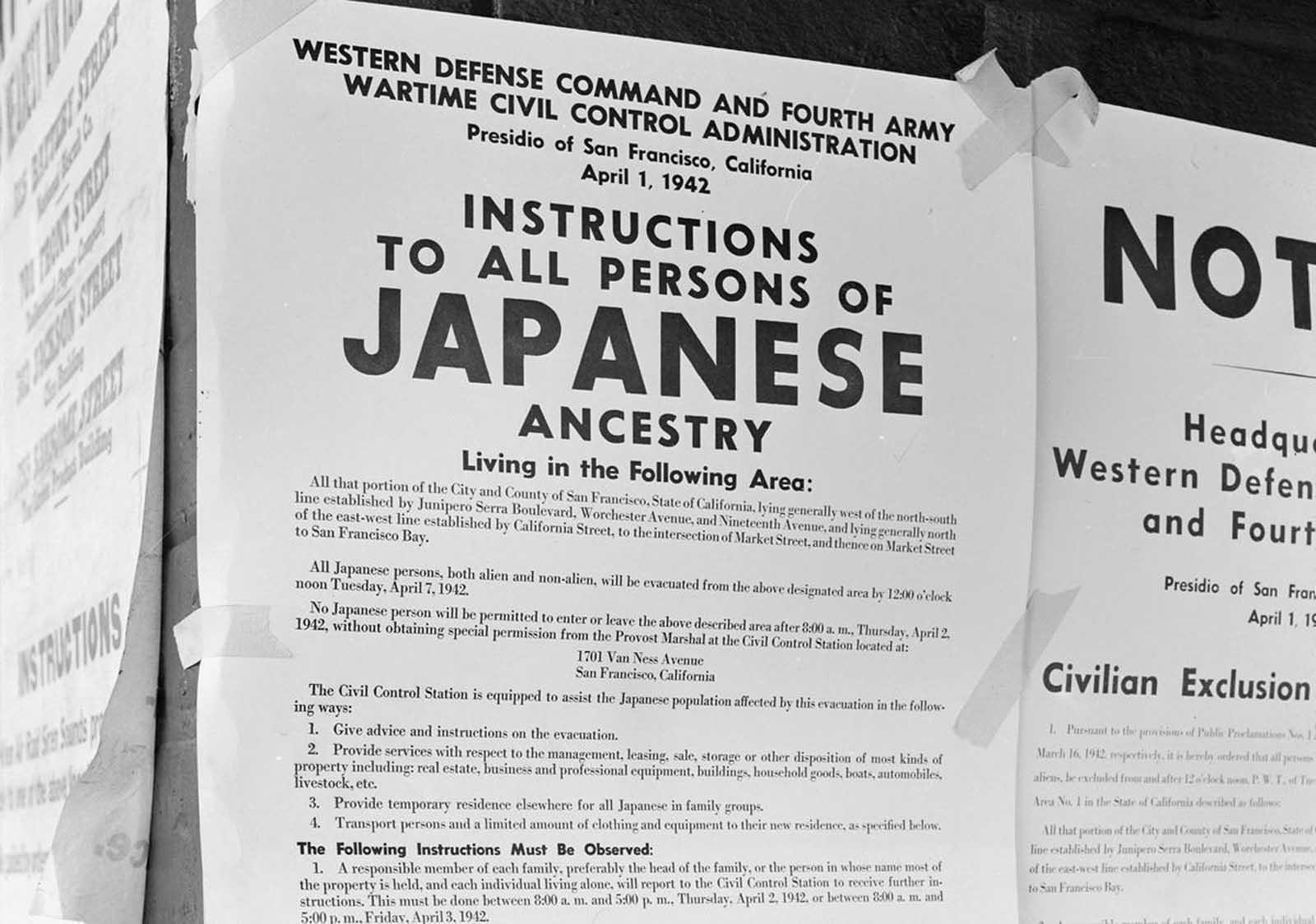 En una pared de ladrillos al lado de un cartel del refugio antiaéreo, se publicaron órdenes de exclusión en las calles First y Front en San Francisco, California, que ordenaban la eliminación de personas de ascendencia japonesa de la primera parte de San Francisco que se verían afectadas por la evacuación. La orden fue emitida el 1 de abril de 1942 por el teniente general J.L. DeWitt y dirigió la evacuación de esta sección antes del mediodía del 7 de abril de 1942.