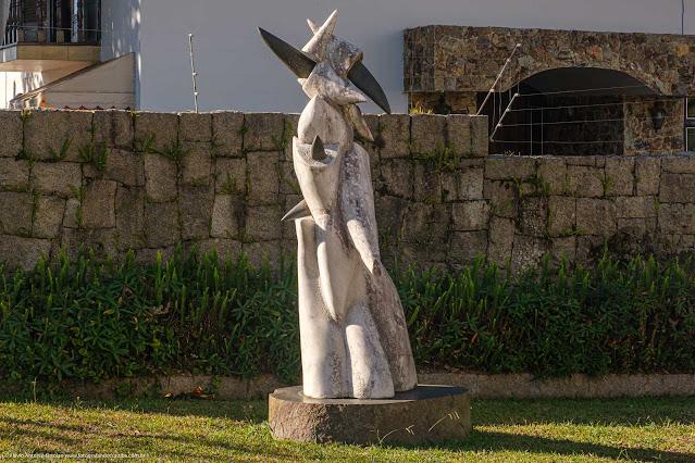 Escultura na frente de uma casa na Rua Gabriela Mistral