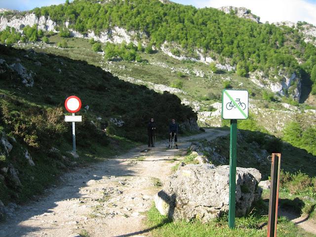 Rutas Montaña Asturias: Aparcamiento Pan de Carmen, inicio ruta Requexón