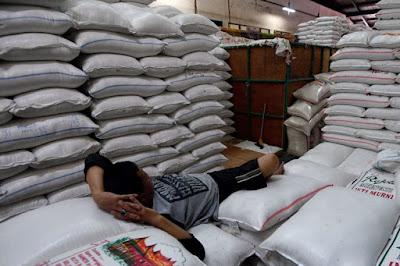 Ilustrasi: Pekerja beristirahat di atas tumpukan karung beras di Pasar Induk Beras Cipinang, Jakarta Timur, Jumat (19/1/2018). Pemerintah bakal mengimpor beras sebanyak 1 juta ton tahun 2021.(ANTARA FOTO/SIGID KURNIAWAN)