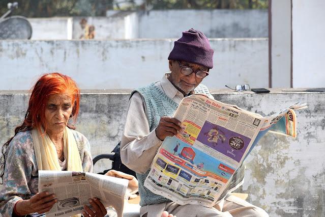 Personas leyendo periódicos