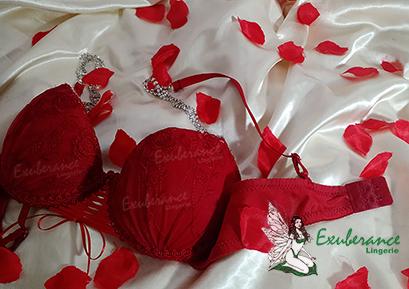 lingerie rubi na cama com pétalas de rosas