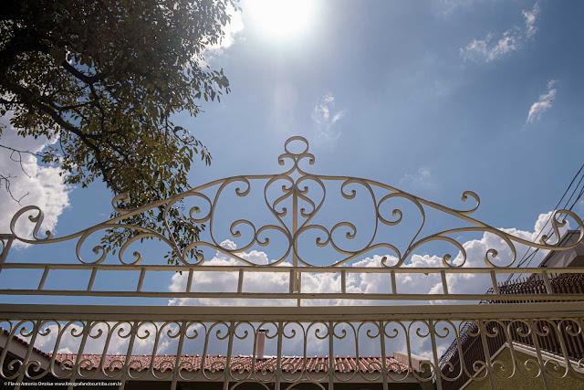 Grade decorativa sobre um portão