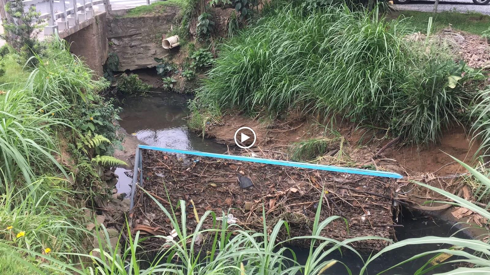 Vídeo mostrando a limpeza da barreira ecológica.