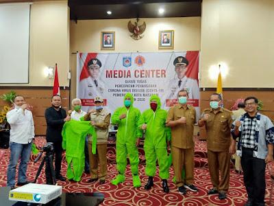 Walikota Mataram Terima Bantuan APD dari Relawan Covid-19 dan Manajemen Pojok NTB