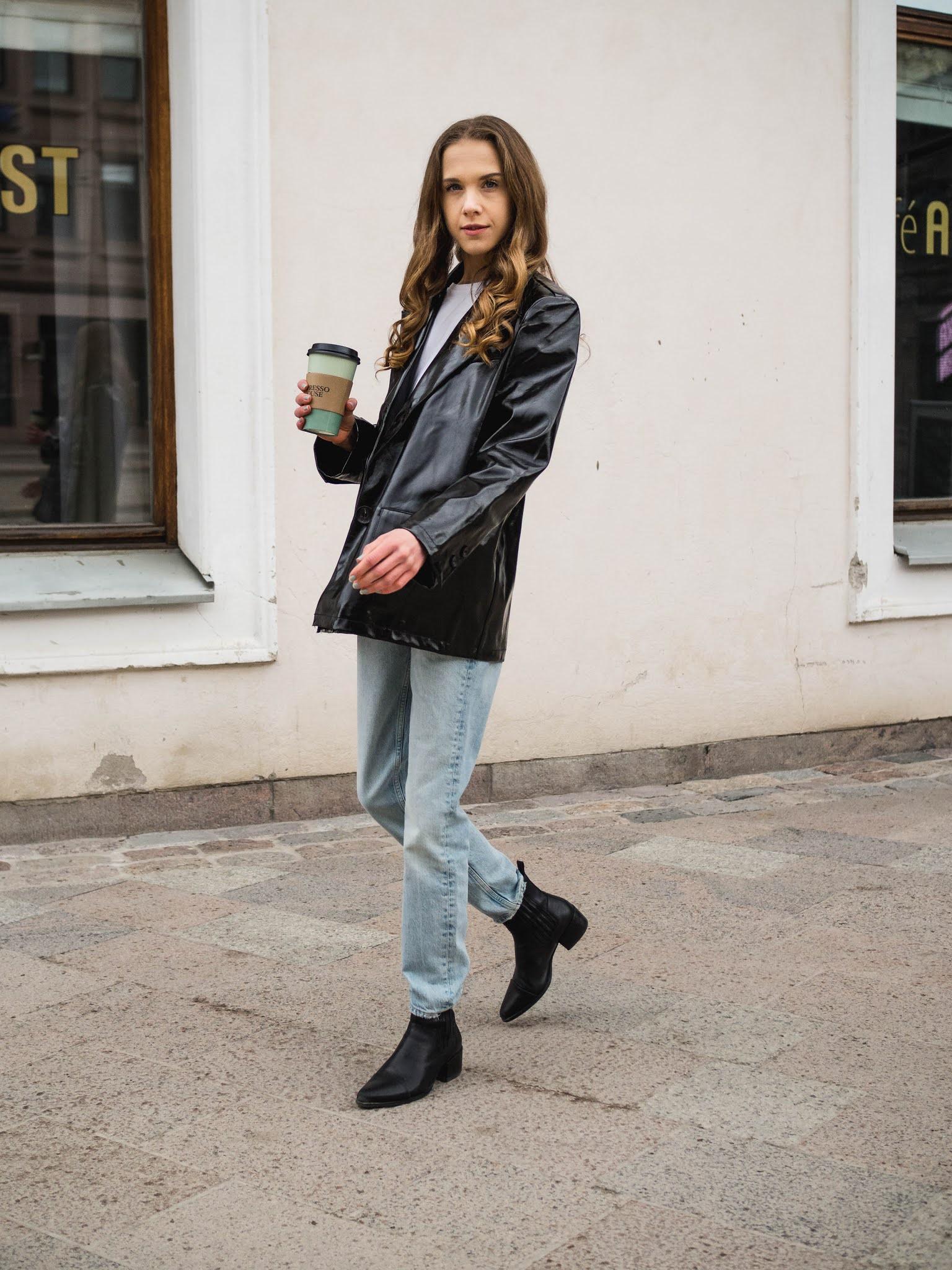 Tekonahkableiseri, valkoinen T-paita, farkut ja nilkkurit // Faux leather blazer, white t-shirt, light wash jeans and ankle boots