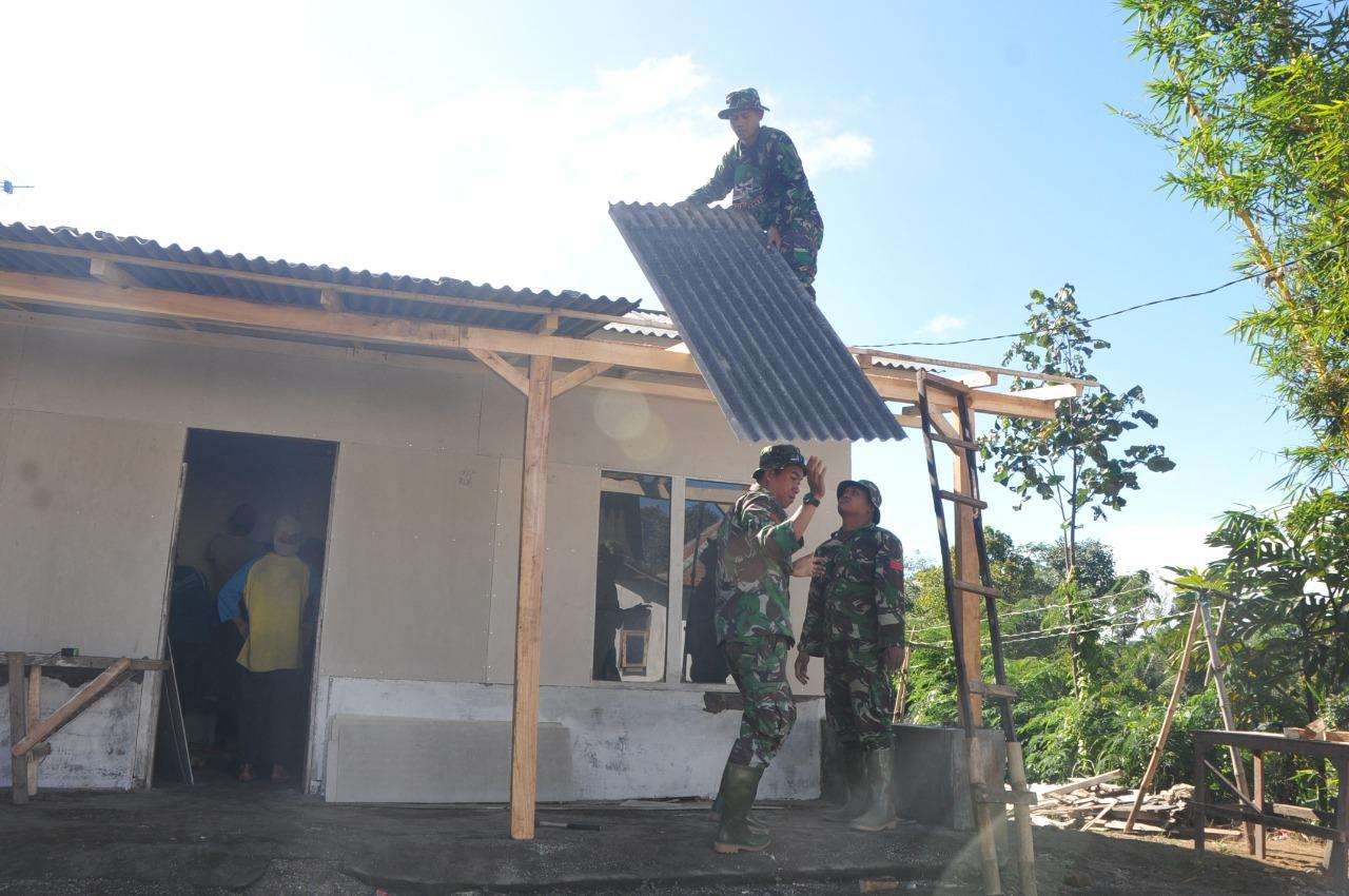 Teringat Saat Pemasangan Atap Rumah Pak Toyani