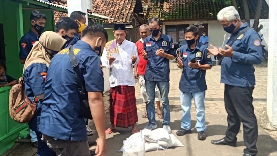 Dewan Pimpinan Cabang (DPC) Asosiasi Wartawan Profesional Indonesia (AWPI) Kota Bandarlampung membagikan 1 ton beras untuk masyarakat di Kota Tapis Berseri