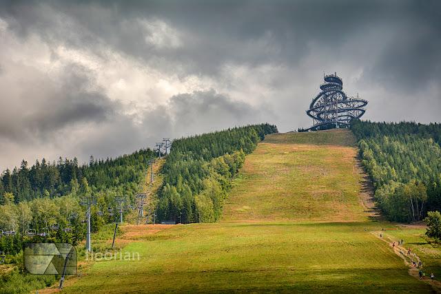 Sky Walk to wieża widokowa w czeskiej miejscowości Dolni Morava. W okolicach wieży znajduje się duży parking.