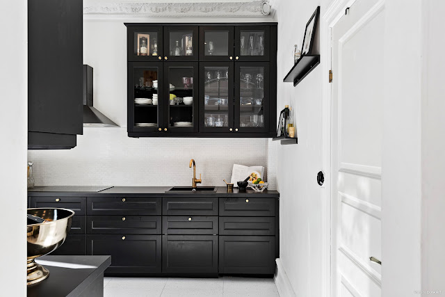 Дизайн-проекты. Черно-белый интерьер с золотыми акцентами в Гётеборге