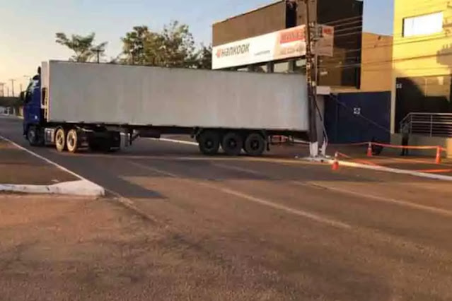 URGENTE: Carreta derruba poste na Avenida Jorge Teixeira em Porto Velho