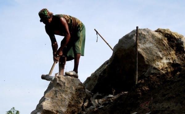 Menangis Bahagia Jadi Polisi, Anak Tukang Pemecah Batu Menangis Cium Kaki Ayahnya