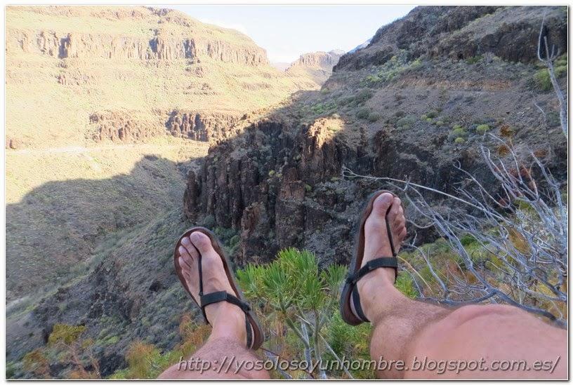 Mis pies asomándose al barranco
