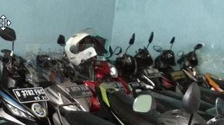 Jangan Sering Gantung Helm Di Motor Dikala Parkir, Ini Bahayanya