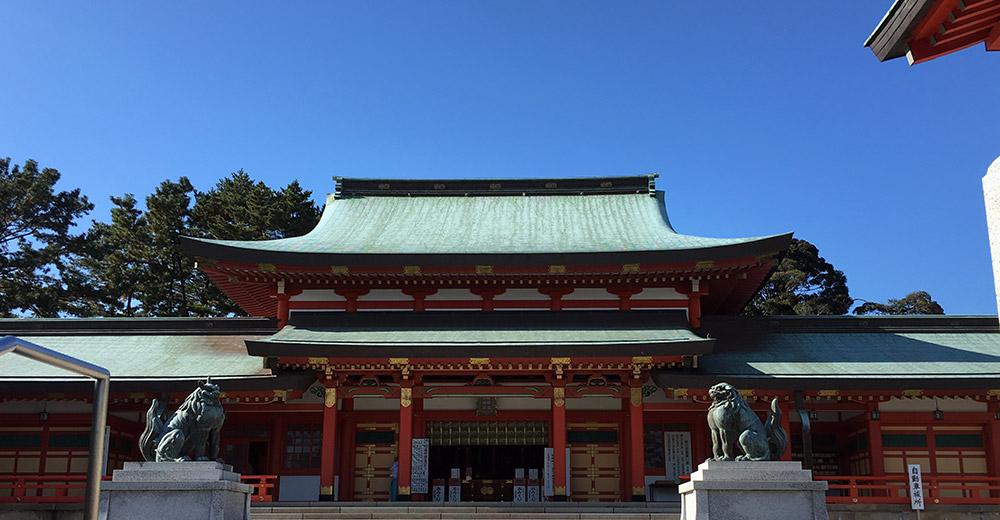 入母屋朱塗り平安様式鉄筋コンクリート造りの現在の拝殿(2015年12月24日撮影)