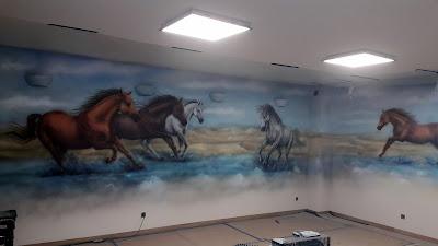 Konie w galopie, obraz namalowany na ścianie konie w galopie, malowanie koni konie obrazy olejne