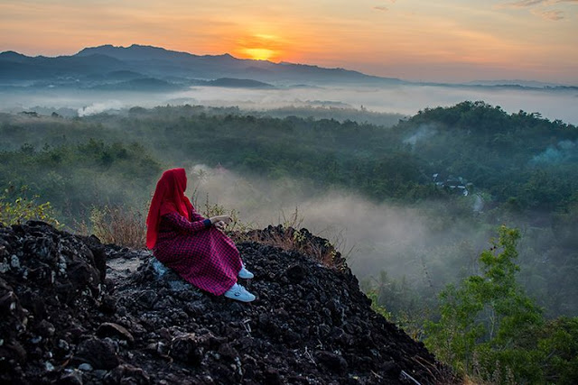 Nikmati Pesona Sunrise Dipadu Dengan Kabut Di Gunung Ireng