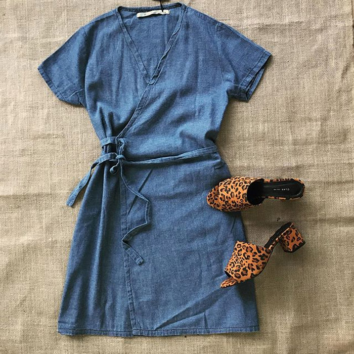 Vestido corto verano 2020 de jean ligero. Moda mujer ropa de verano 2020.