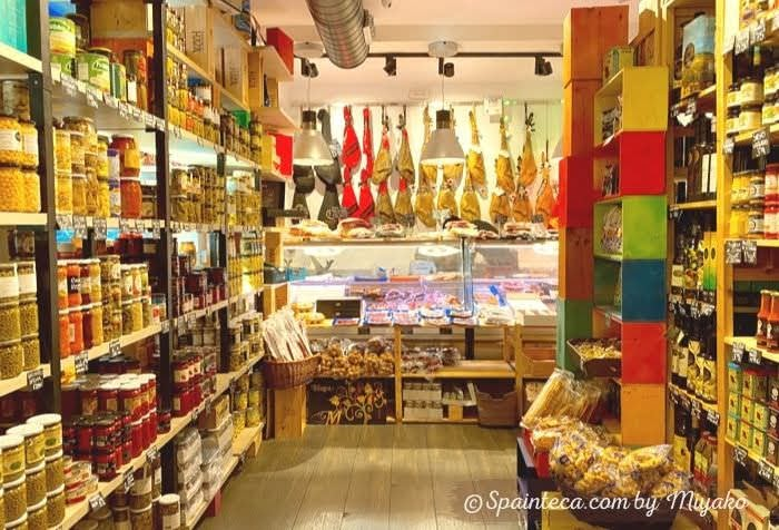 カラフルな食品缶詰や瓶詰めが床から天井まで陳列しているマドリードのグルメ店内