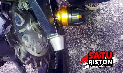 Sob, jalu as roda atau sering juga disebut sebagai bandul as roda merupakan komponen variasi motor yang disinyalir membuat tampilan motor lebih gimana gituch hehe.     Sebelumnya kami sudah pernah membahas mengenai pemasangan jalu as roda dan hal apasaja yang harus  dipersiapkan. Nah pada artikel ini, nampaknya ada hal lain yang perlu disiapkan ataupun diperhatikan ketika hendak memasang jalu pada as roda sepeda motor.