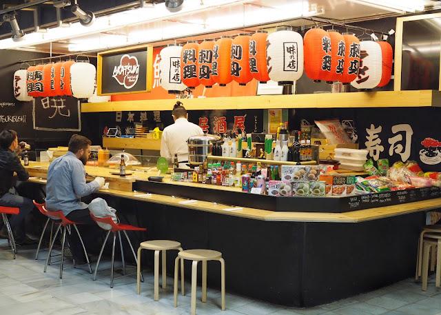 Barra de pequeño restaurante japonés en un mercado