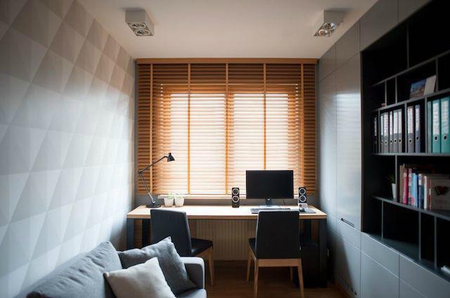 Despacho bajo la ventana en dormitorio alargado