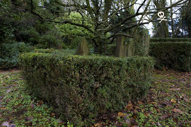 Huis te Vraag permite varios cuerpos por parcela. Aunque compartan suelo, cada uno tiene su lápida exclusiva