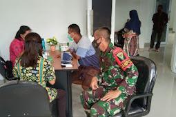 Timkes Satgas TNI Yonif 403/WP Bersama Puskesmas Towe Hitam Gelar Vaksinisasi ke Guru di Wilayah Perbatasan