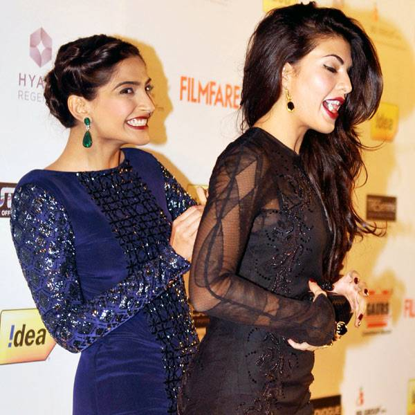 jacqueline-fernandez-and-sonam-kapoor-leak-photo-in-function