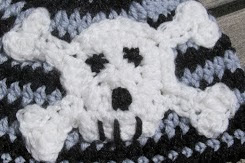 http://translate.googleusercontent.com/translate_c?depth=1&hl=es&prev=/search%3Fq%3Dhttp://www.knotyournanascrochet.com/p/free-patterns.html%26safe%3Doff%26biw%3D1429%26bih%3D984&rurl=translate.google.es&sl=en&u=http://www.knotyournanascrochet.com/2013/02/punk-baby-hat-with-skull-applique.html&usg=ALkJrhjZdoLYvMQki-kUg7sm9bEe7_nIOw