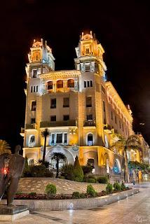Edificio iluminado en Ceuta