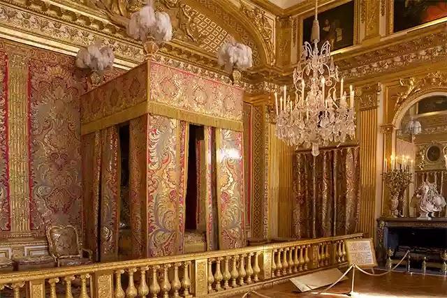 Ortaçağ Avrupa'sında yataklar, zenginliğin sembolü oldu. (Versay Sarayı kralın yatak odası)