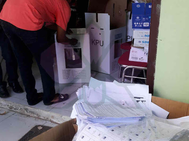 Petrus Fatlolon Dampingi Proses Pengepakan Logistik Pemilu di Kepulauan Tanimbar