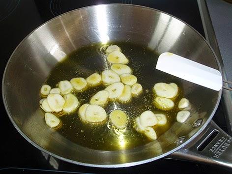 Refrito de ajos para elaborar la salsa de pimientos y tomate