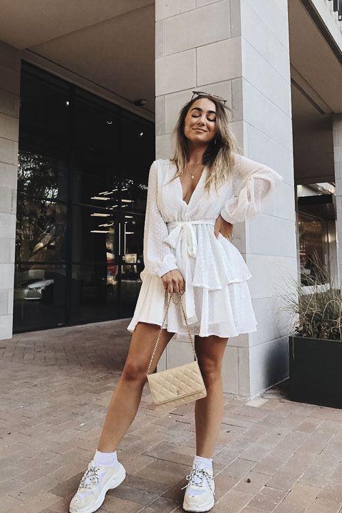 Look com vestido curto branco e tênis