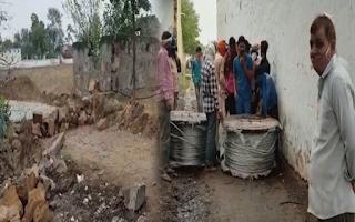 अपनी दबंगीरी दिखाकर पत्थरों, केबल और पानी की टंकिया लगाकर दबंगों ने दलित लोगों का रास्ता रोका