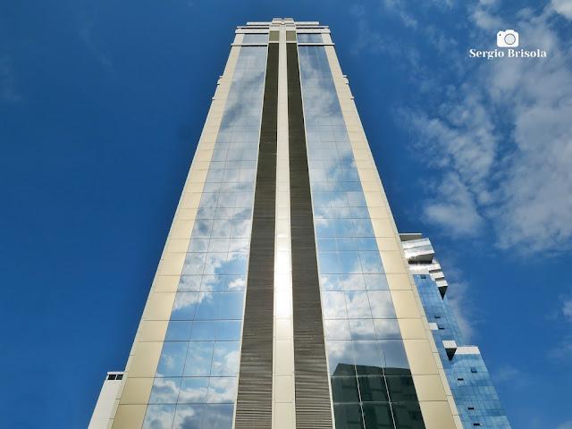 Perspectiva inferior da fachada do moderno Edifício Brasília Corporate - Santana - São Paulo