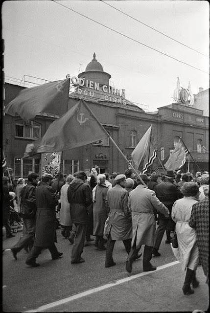 7 ноября 1989 года. Рига. Праздничная демонстрация на улице Меркеля возле Рижского Цирка