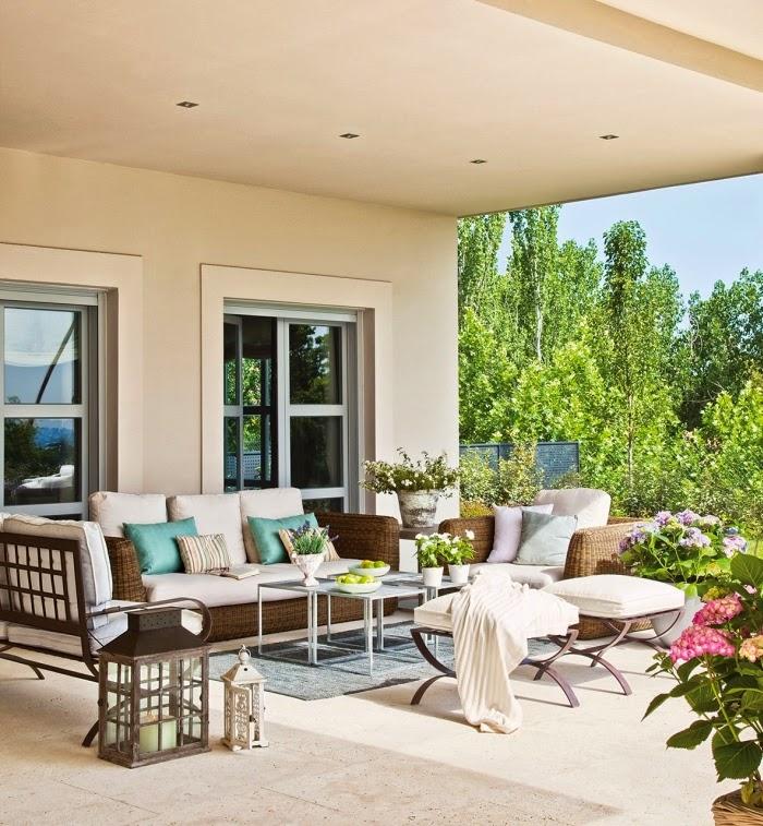 Piękny dom w pobliżu Madrytu, wystrój wnętrz, wnętrza, urządzanie domu, dekoracje wnętrz, aranżacja wnętrz, inspiracje wnętrz,interior design , dom i wnętrze, aranżacja mieszkania, modne wnętrza, styl klasyczny, styl francuski, otwarta przestrzeń, weranda, patio