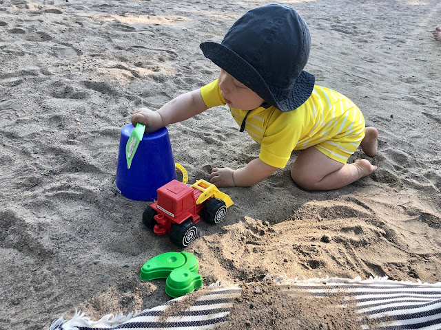 Noel ensimmäistä kertaa leikkimässä rannalla